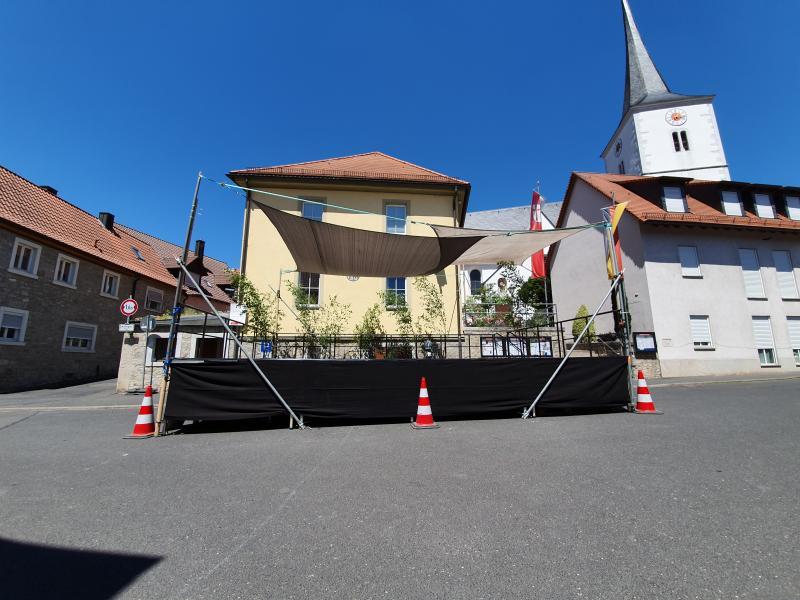 die Bühne vor dem Rathaus
